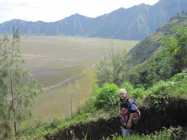 Melewati jalan setapak turun menuju gunung bromo dari desa Cemoro Lawang