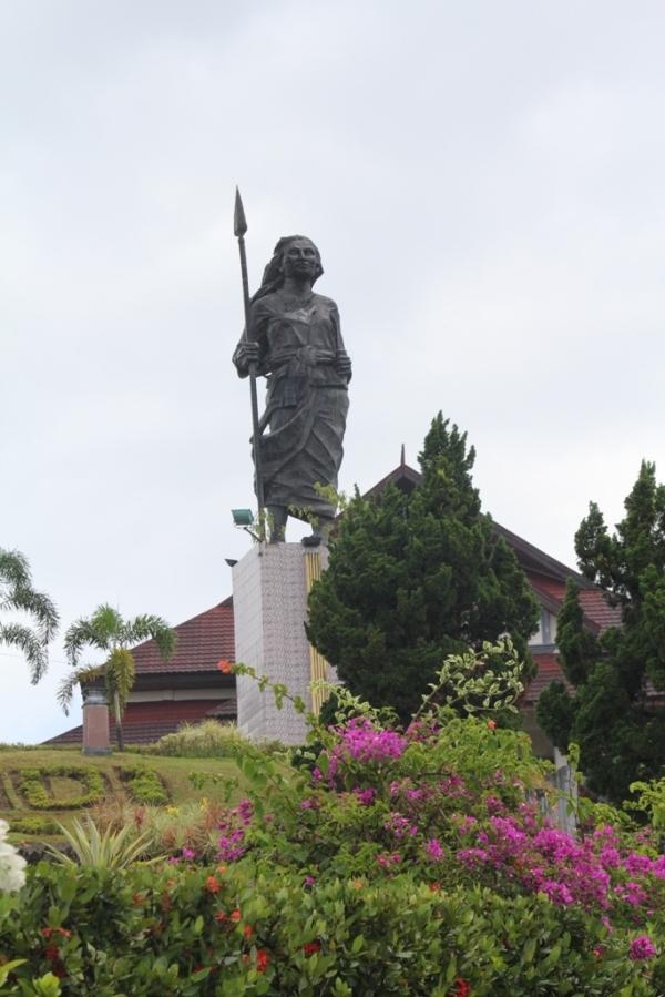 Patung Martha Christina Tiahahu, pahlawan kemerdekaan Nasional yang meninggal pada usia muda, 17 tahun. Membantu ayahnya pada Perang Pattimura tahun 1817