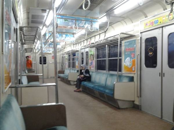 suasana di commuter line pada saat sepi berasa naik mrt