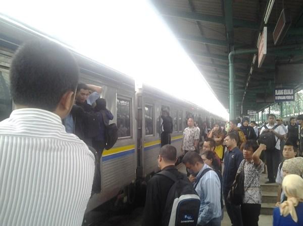 Kondisi pagi hari di peron kereta Manggarai-Tanah Abang. Kereta berikutnya saya ikut berebutan naik daripada telat