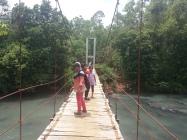 Melewati jembatan gantung ini